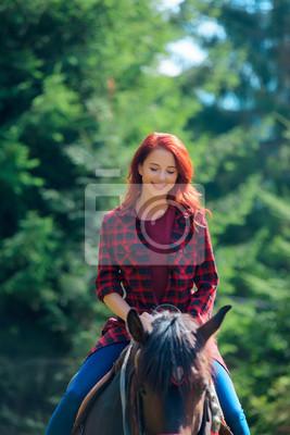Redehad dziewczyna z koniem w lesie