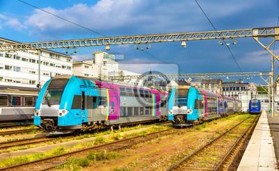 Regionalne pociągi ekspresowe na stacji Tours - Francja