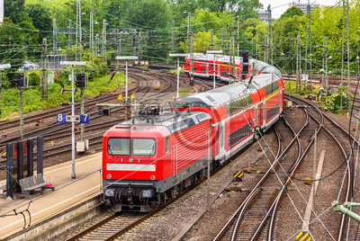 Regionalny pociąg ekspresowy w Hamburgu dworca Hauptbahnhof - Niemcy