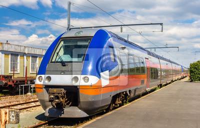 Regionalny pociąg ekspresowy w La Rochelle stacji - Francja