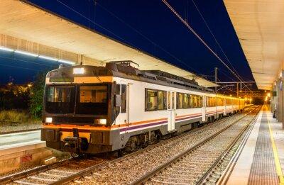 Regionalny pociąg na stacji kolejowej Tudela de Navarra - Hiszpania