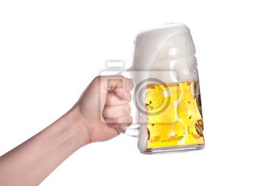 ręka trzyma piwo podejmowania toast