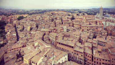 Retro filtrowane panoramiczny widok Siena, Włochy.