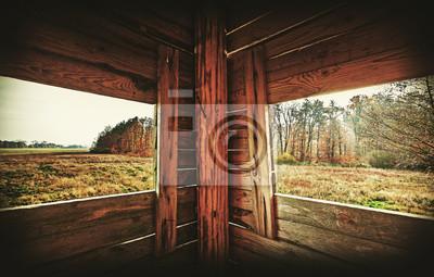 Retro filtrowane wnętrze wieży polowania w sezonie jesiennym.