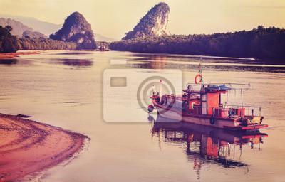 Retro filtrowany obraz drewnianej łodzi.