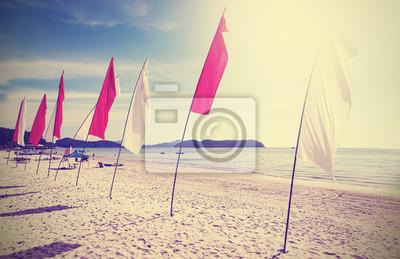 Retro filtrowany obraz flagi na plaży.