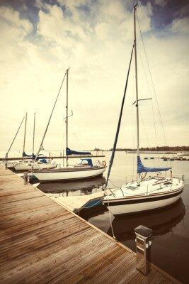 Retro filtrowany obraz jachtów na molo.