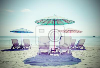 Retro filtrowany obraz leżaki i parasole. Koncepcja