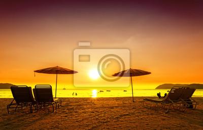 Obraz Retro filtrowany obraz leżaki i parasole na piasku