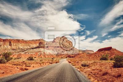 Retro stonowana malownicza droga w Capitol rafy parku narodowym, Utah, usa.