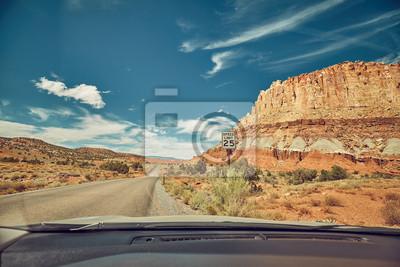 Retro stonowany obrazek droga widzieć przez przedniej szyby, podróży pojęcie.