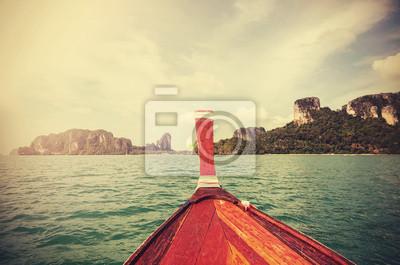 Retro stonowanych drewnianej łodzi i Tropical Islandii w oddali.