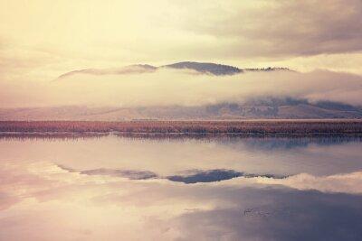 Retro stonowanych mglisty poranek nad jeziorem w Grand Teton National Park, Wyoming, USA.