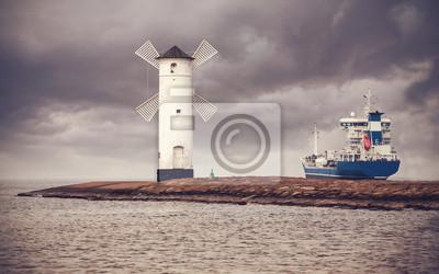 Retro styl obraz statku opuszczeniu portu Świnoujście.