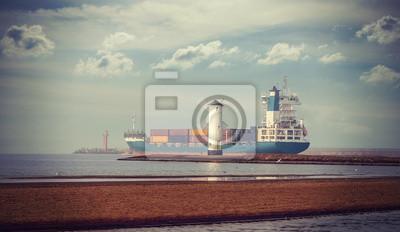 Retro styl obraz wiatrak i statek portu odchodzi.