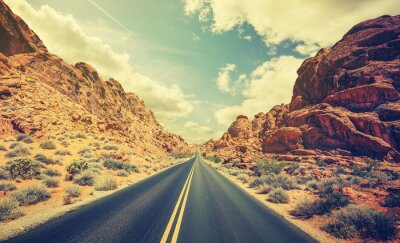 Retro stylizowane autostrady pustyni, pojęcie Adventure Travel.