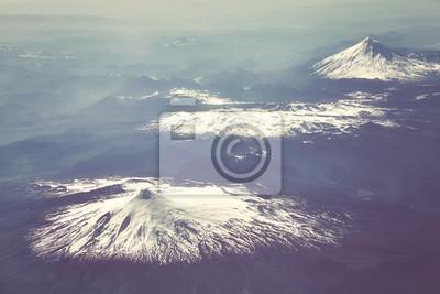 Retro stylizowane zdjęcie lotnicze górskich Andów, Chile.