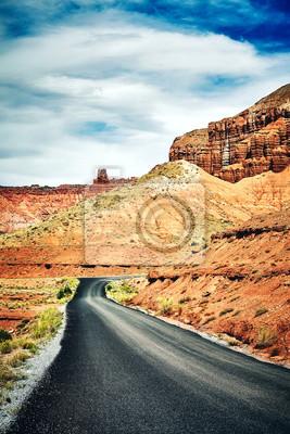 Retro stylizowany obraz malownicze drogi, koncepcja podróży.