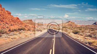 Retro stylizowany obraz pustynnej drogi, koncepcja podróży.
