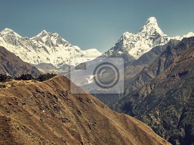Retro stylizowany obrazek Ama Dablam góra w Everest regionie himalaje, Nepal.