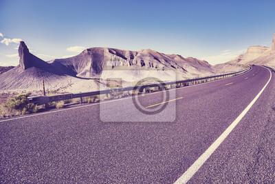 Retro stylizowany obrazek sceniczna górzysta droga, Capitol Reef park narodowy, Utah, usa.