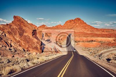 Retro stylizowany obrazek sceniczna pustynna droga, podróży pojęcie.