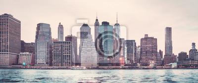 Retro stylizowany panoramiczny obrazek Manhattan linia horyzontu przy zmierzchem, Miasto Nowy Jork, usa.