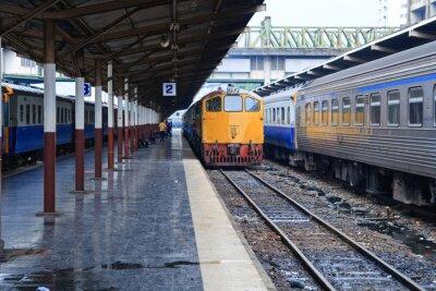 Obraz Retro train pomarańczowy, olej napędowy lokomotywy na stacji w Bangkok