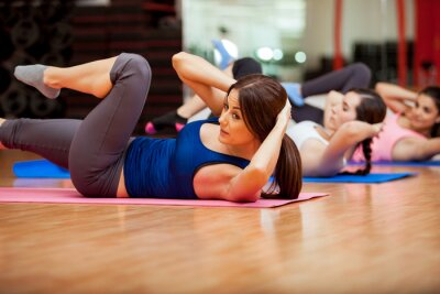 Obraz Robi brzuszki podczas klasie siłowni