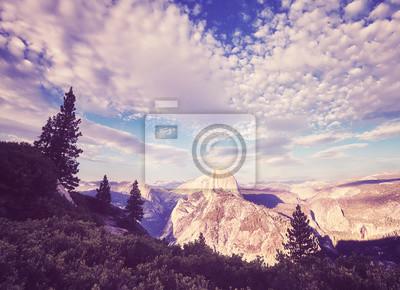 Rocznik stylizował obrazek Yosemite park narodowy przy zmierzchem, Kalifornia, usa.