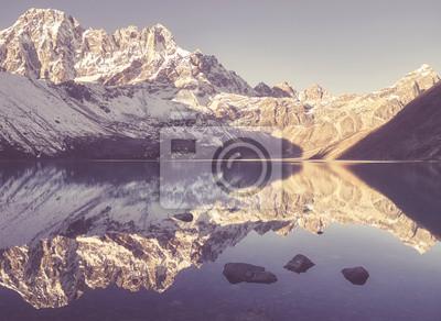 Rocznik stylizowany obrazek góry odbijał w Gokyo jeziorze, Sagarmatha park narodowy, Nepal.