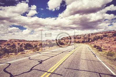 Rocznik stylizujący obrazek sceniczna pusta droga, podróży pojęcie, Canyonlands park narodowy, usa.