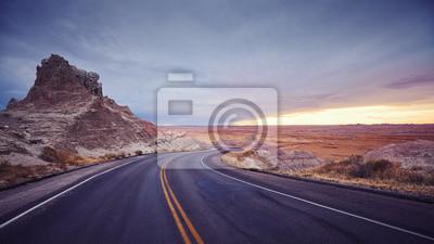 Rocznik tonował panoramicznego obrazek sceniczna droga przy zmierzchem, usa.