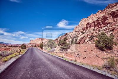 Rocznik tonująca malownicza droga w Capitol rafy parku narodowym, Utah, usa.