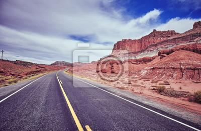 Rocznik tonujący obrazek opustoszała droga.