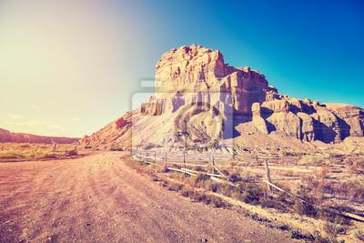 Rocznik tonujący obrazek pustynna droga gruntowa przy zmierzchem, podróży pojęcie, usa.