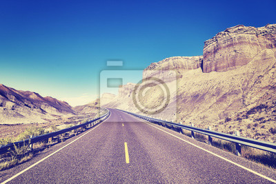Rocznik tonujący obrazek sceniczna górzysta droga, Capitol Rafowy park narodowy, Utah, usa.