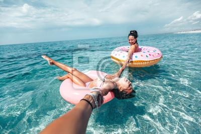 Obraz Rodzina na lilo relaks na plaży