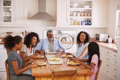 Obraz Rodzina Z Nastoletnimi Dziecimi Jedzenie Mięso W Kuchni
