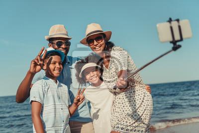 Obraz Rodziny biorąc selfie na plaży