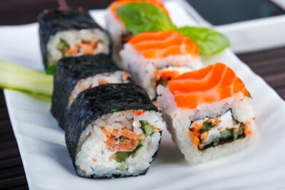 Obraz Rolki z łososia na białym naczynia. styl japoński żywności.