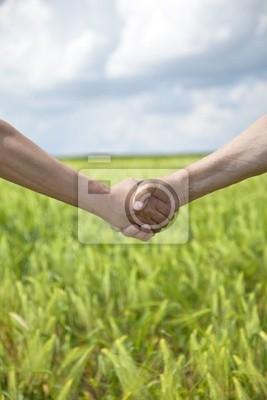 Rolnika uścisk dłoni na polu pszenicy