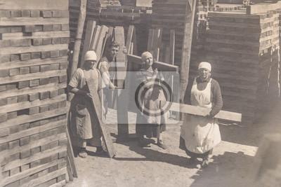 Obraz ROSJA - OKOŁO 1920 R.: Archiwalne zdjęcie młodych kobiet pracujących w sklepie z winami