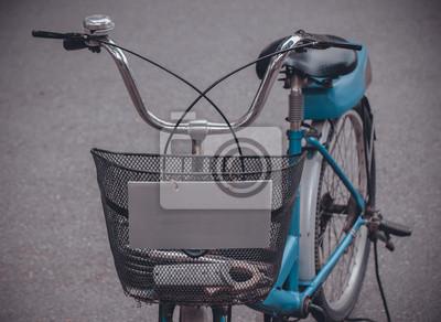 Rower / rower zaparkowany widok z przodu, z bliska kosz z elektryków narzędzia.