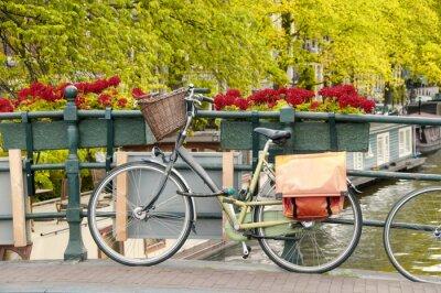 Obraz Rower zaparkowany na moście w Amsterdamie, Holandia