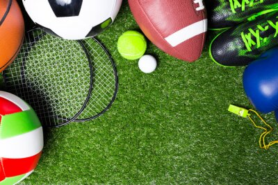 Obraz Różne narzędzia sportowych na trawie