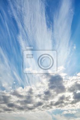 Różne typy chmury na słoneczny dzień niebo.