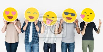 Obraz Różnorodni ludzie posiadający szczęśliwe emotikony