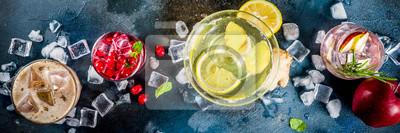 Obraz Różnorodny jesienny zimowy koktajl alkoholowy Apple Rosemary, wódka żurawinowa, imbir cytrynowy ale, Almande Horchata, Kahlua Cacao, ciemnoniebieski transparent z kopią tła
