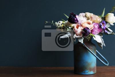 Obraz Różnorodny świeżych kwiatów przygotowania w kruszcowej wazie na drewnianym stole